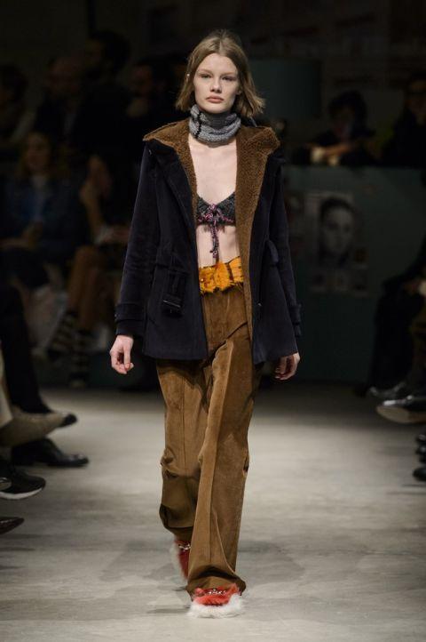 Модель prada в куртке из овечьей шерсти
