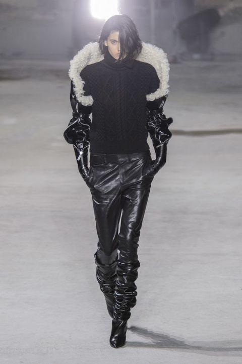 Модель saint-laurent в куртке из овечьей шерсти