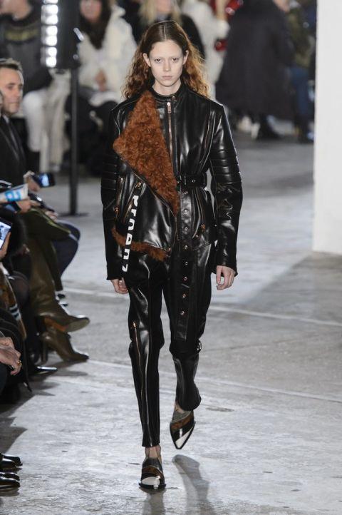 Модель schouler в куртке из овечьей шерсти