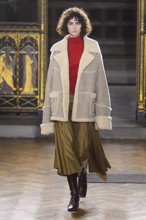 Модель wauchob в пальто из овечьей шерсти