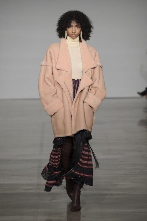 Модель zimmermann в пальто из овечьей шерсти