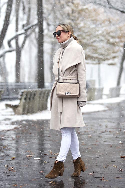 Девушка в белых джеггинсах, водолазка, сере пальто, коричневые ботильоны на низком каблуке и сумка