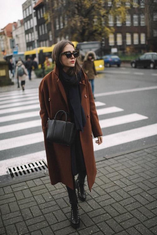 Девушка в коричневом пльто, черный шарф и ботинки на шнуровке