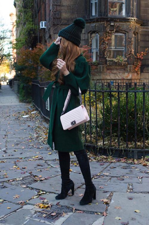 Девушка в зеленом пальто с поясом, шапка с бомбоном, замшевые сапоги
