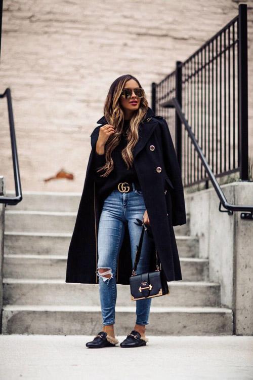 Девушка в рваных джинсах, черная кофта, пальто с пуговицами, сумочка