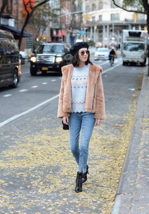 Девушка в джинсах, голубом свитер, бежевый полушубок, черные ботильоны