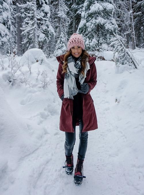 Девушка в кожаных штанах,. бордовая куртка и ботинки на шнуровке