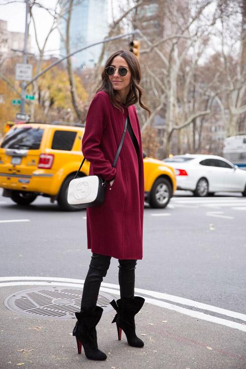 Девушка в бордовом пальто, леггинсы и черные ботильоны