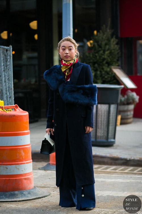 Девушка в длинном синем пальто с меховым воротником, широкие брюки клеш и яркий платок