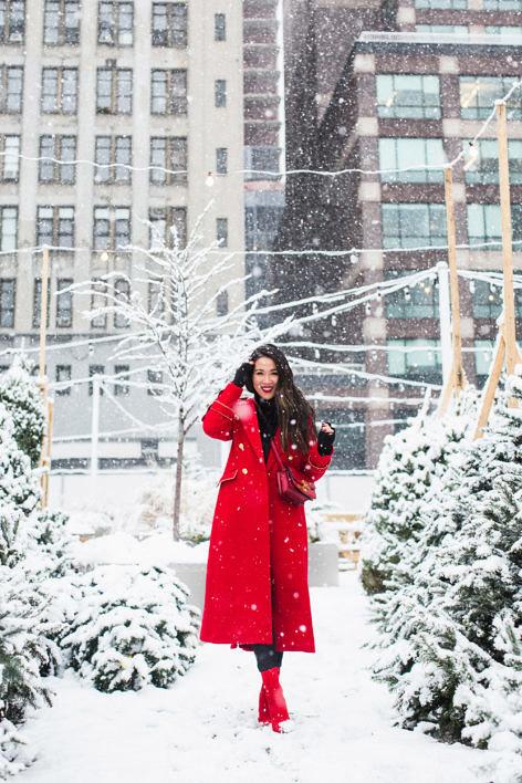 Девушка в красном пальто и ботильонах