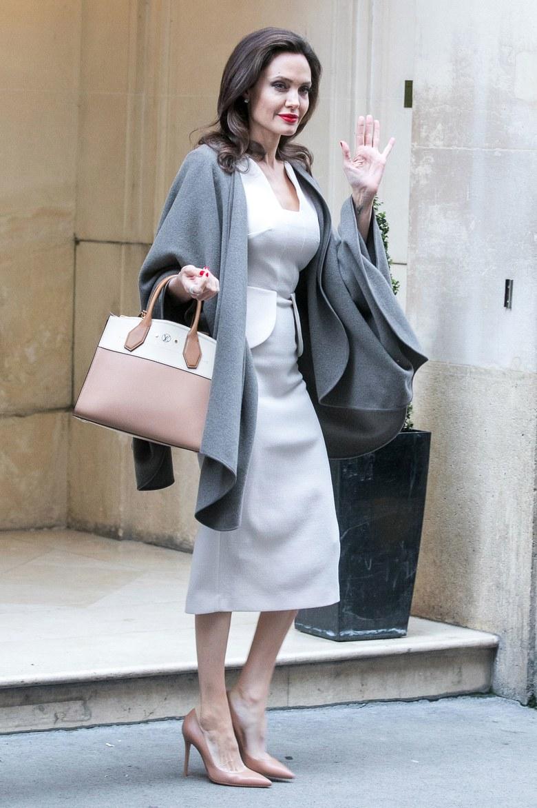 Анджелина Джоли в сером палантине, белом платье, бежевых лодочках и с сумкой