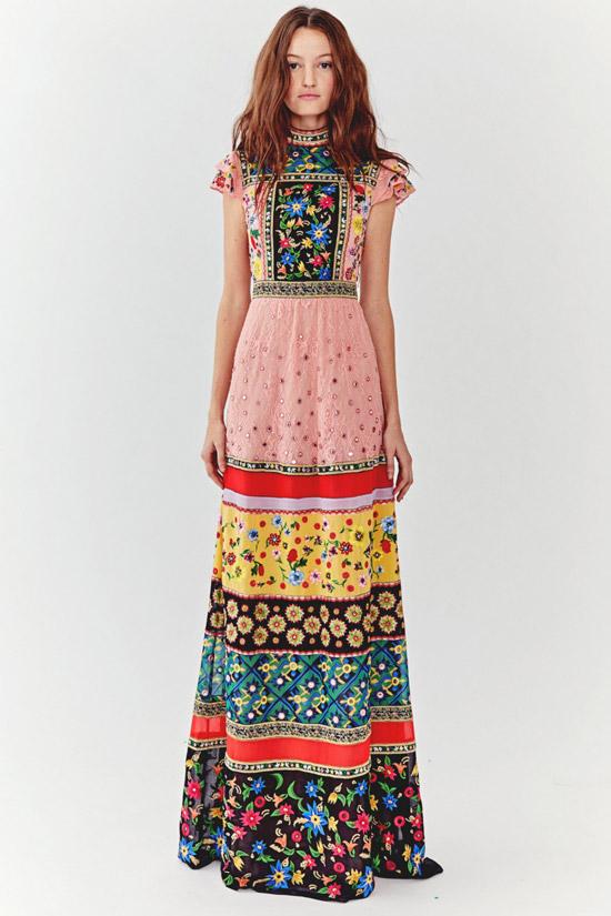 Девушка в длинном платье с принтом от Alice+Olivia - коллекция весна/лето 2018