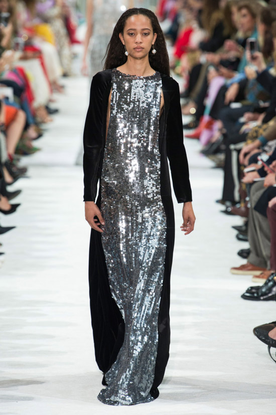 Девушка в длинном металлическом платье от Valentino - коллекция весна/лето 2018