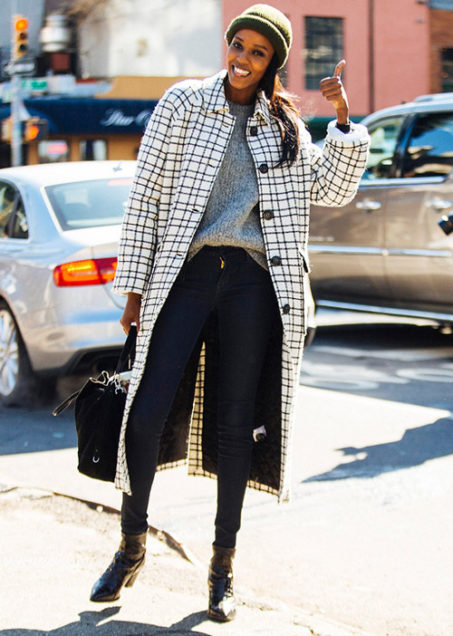 Девушка в клетчатом пальто, джеггинсах, шапке и ботильонах