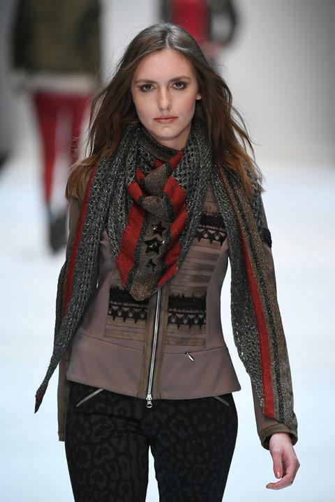 Девушка в коричневом жакете и серый треуольный щарф