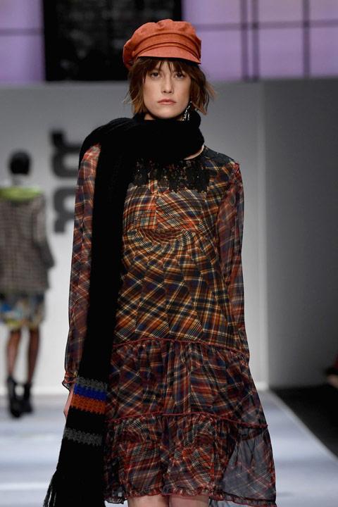 Девушка в легком платье и черный вязанный шарф
