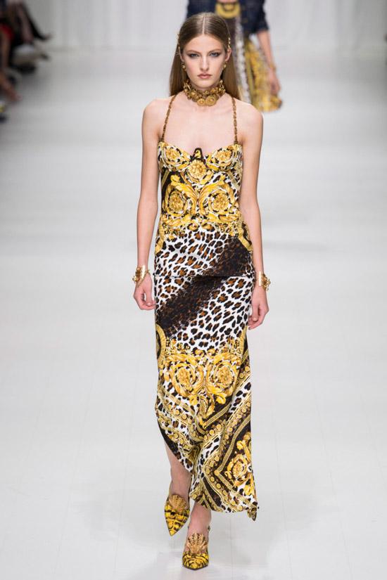 Девушка в платье с принтом леопарда от Versace - коллекция весна/лето 2018