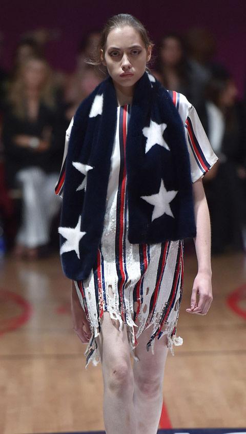 Девушка в платье в полоску, синий меховой шарф с белыми звездами