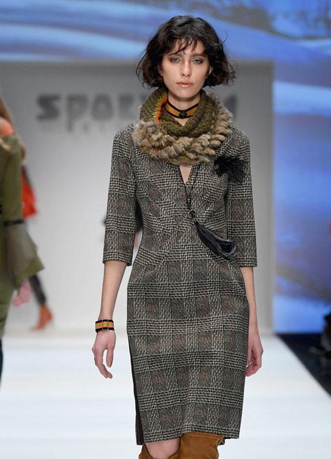 Девушка в сером платье футляр и шарф снуд