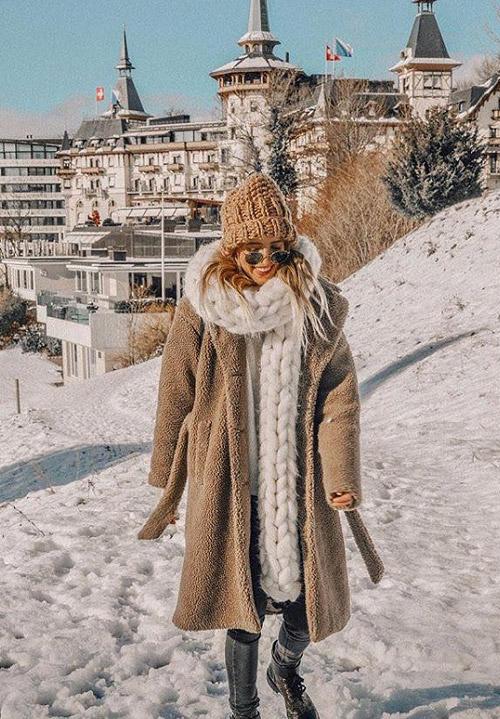 Девушка в шубе, шапке и с массивным белым шарфом на шее