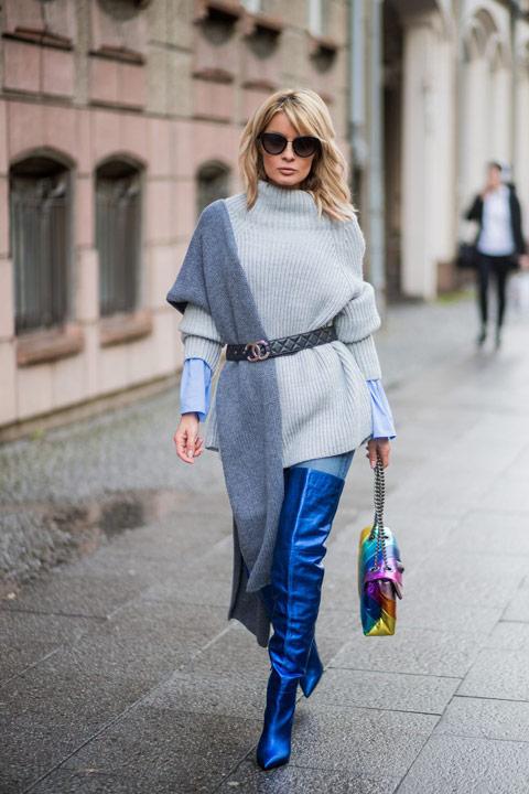 Девушка в синих ботфортах, серый свитер и длинный палантин с поясом
