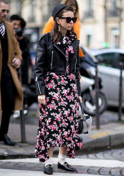 Девушка в цветочном платье, кожаной куртке и черной шапке