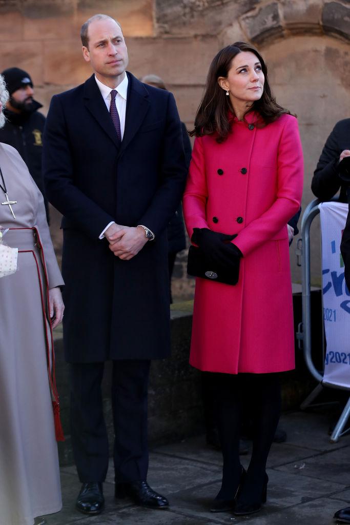 Кейт Миддлтон в ярком пальто цвета фуксии и черных аксессуарах