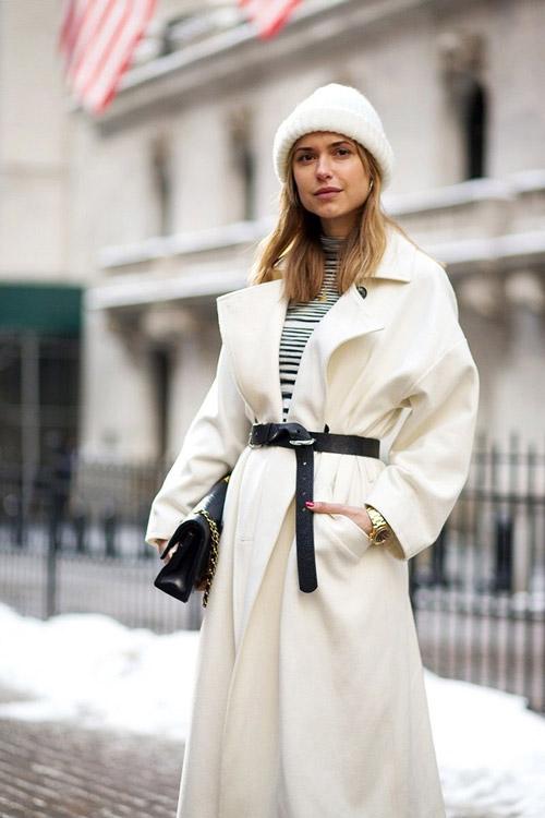 Кьяра в белом пальто, шапке и тельняшке