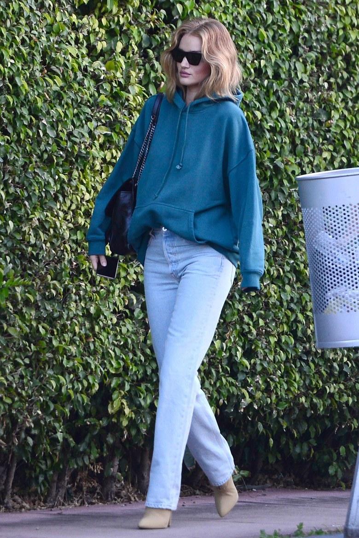 Роузи Хантингтон-Уайтли в голубых джинсах, толстовке и бежевых туфлях