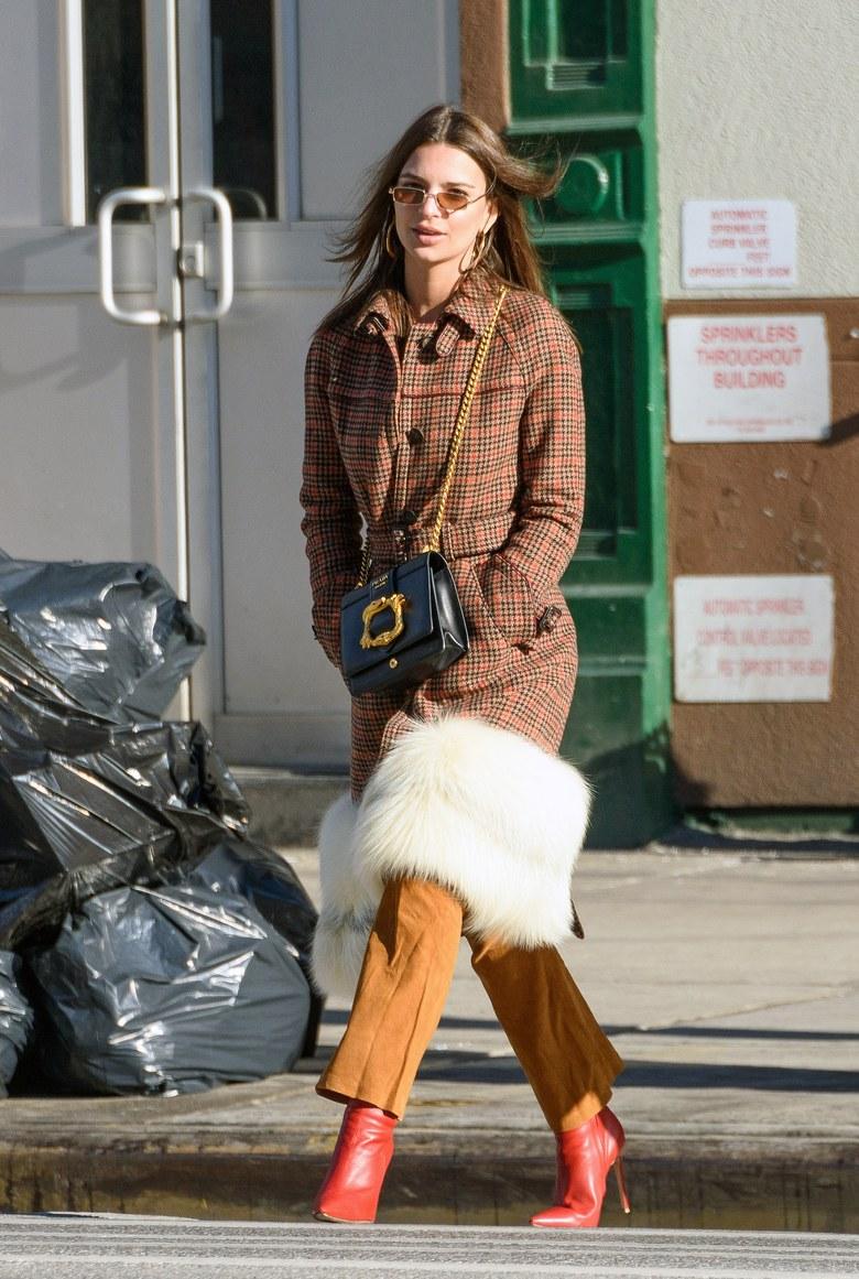 Эмили Ратаковски в пальто от прада, красных сапогах и замшевых брюках