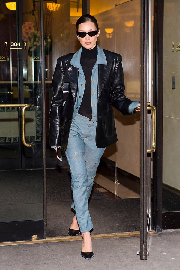 Белла Хадид в голубом костюме из денима, черная кожаная куртка, боди и туфли