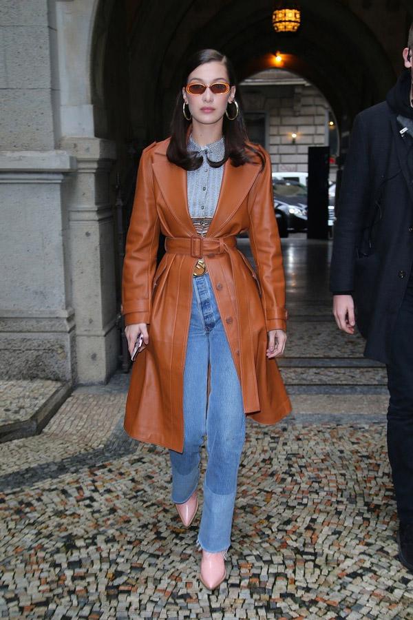 Белла Хадид в кожаном пальто, голубые джинсы и розовые сапоги