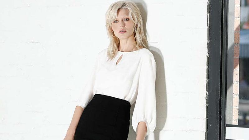 Девушка в белой блузке и черной юбке