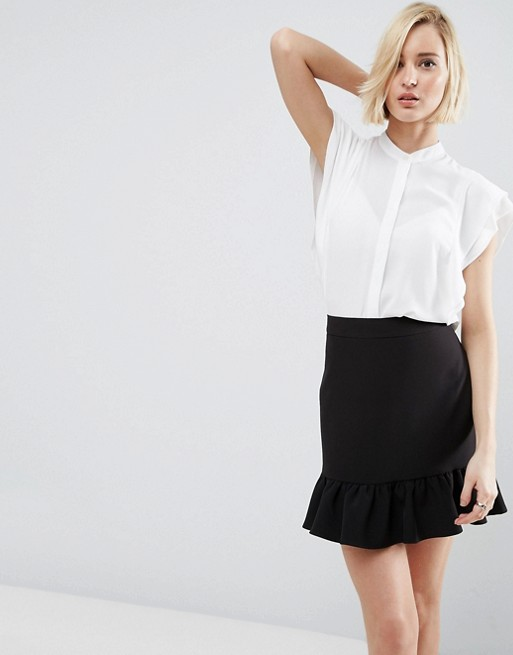 Девушка в черной юбке с оборками и белая блузк с короткими рукавами