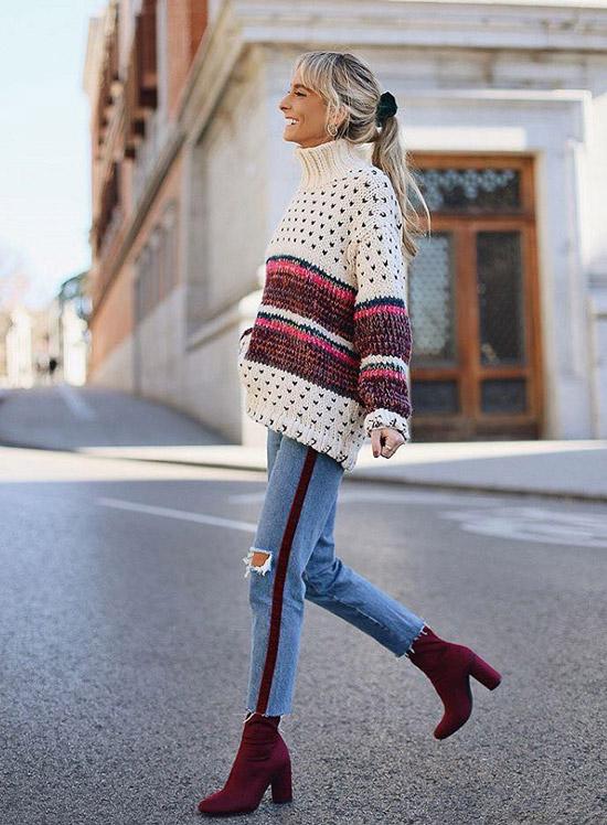 Девушка в джинсах сломпасами и бело-бордовом джемпере