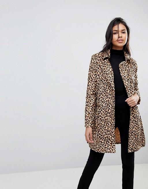 Девушка в леопардовом пальто и узких джинсах