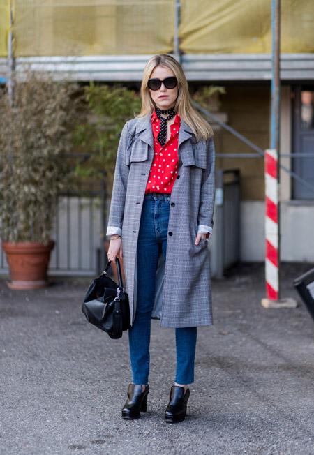 Девушка в мом джинсах, красная блузк в белый горошек и серое пальто