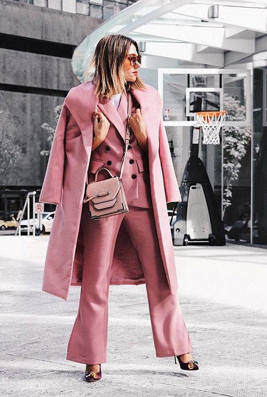 Девушка в монохромном, грязно розовом образе
