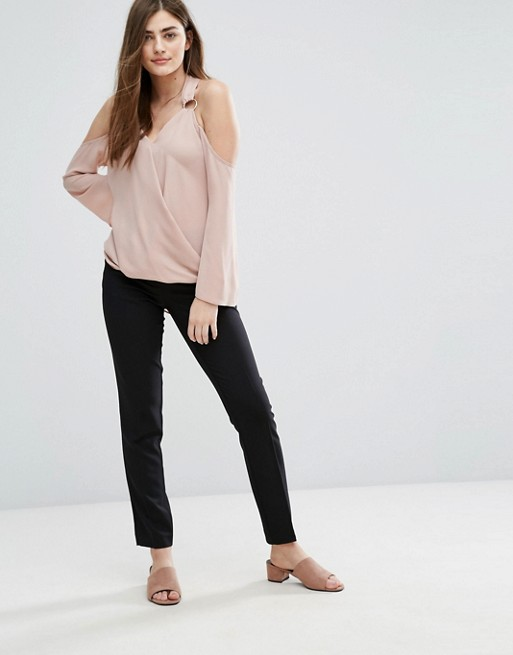 Девушка в прямых укороченных брюках и блузке с открытыми плечами