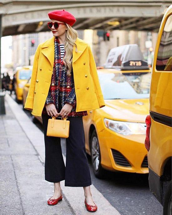 Девушка в широких брюках, желтом пальто и красном берете
