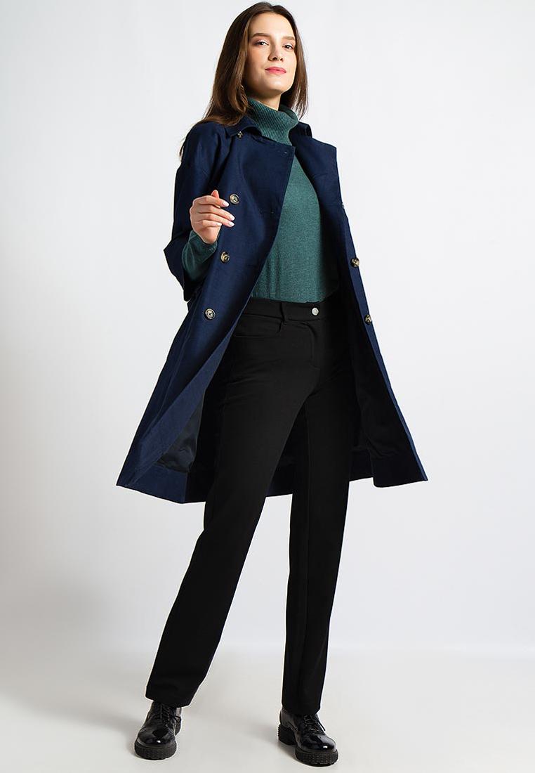 Девушка в синем плаще и черных брюках