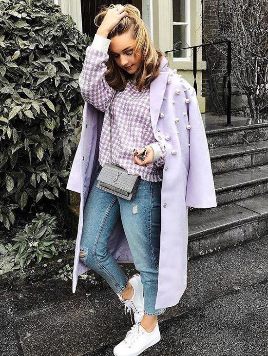 Девушка в сиреневом пальто, джемпере и синих джинсах