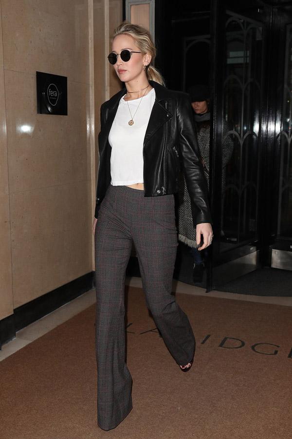 Дженнифер Лоуренс с брюках клеш, мото куртка и белая футболка