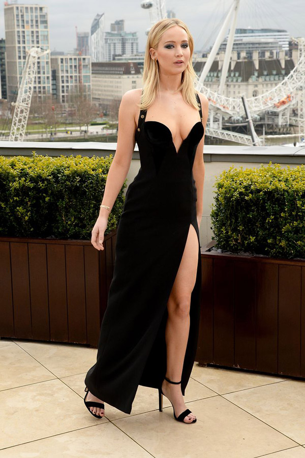 Дженнифер Лоуренс в черном сексуальном платье в разрезом