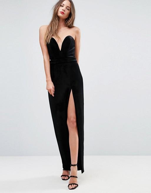 Модель в черном вечернем платье с разрезом