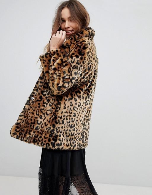 Модель в леопардовом полушубке