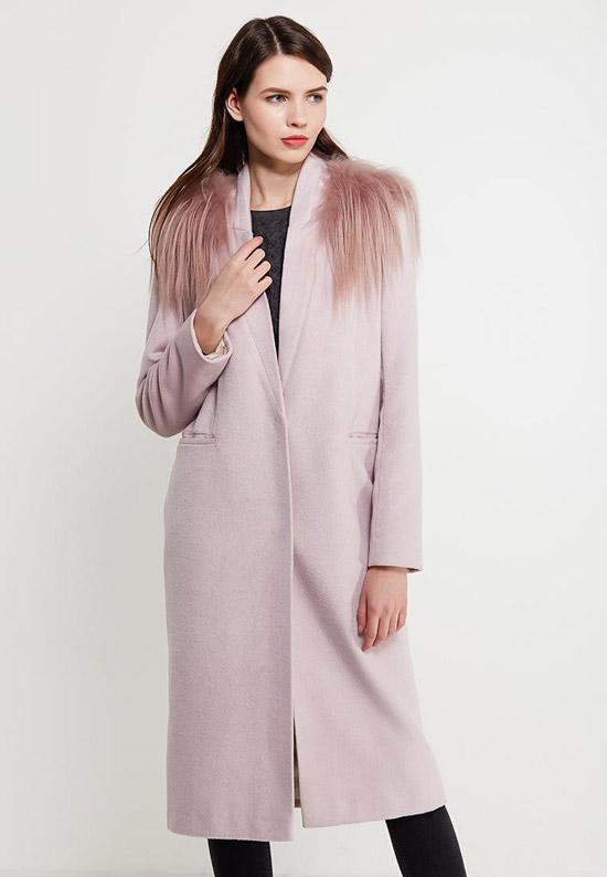 Модель в прямом бежевом пальто с мехом на плечах