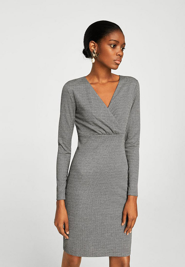 Модель в сером деловом платье футляр