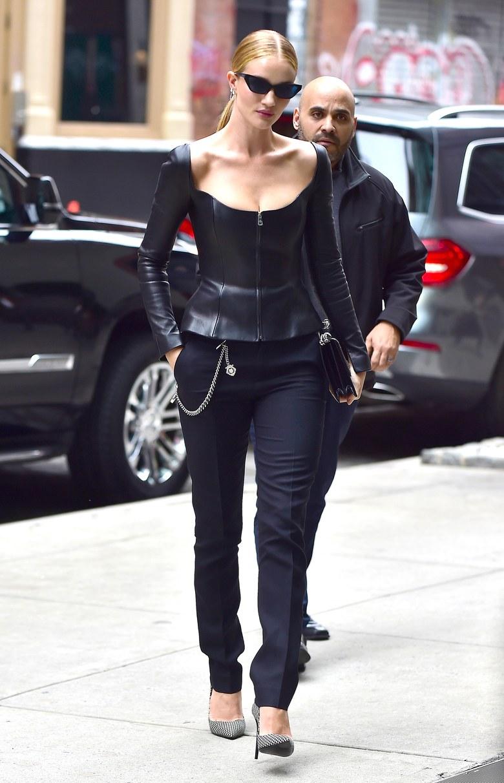 Роузи Хантингтон-Уайтли в кожаном топе, брюках дудочках и черно-белых лодочках
