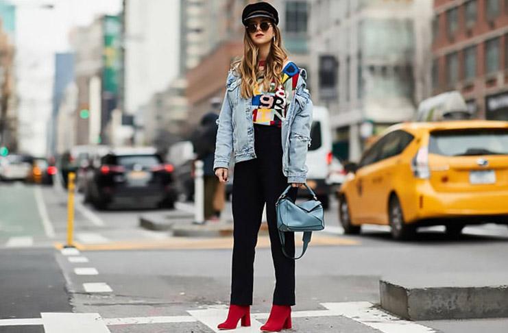 10 трендов с улиц Нью-Йорка от алых сапожков до хозяйственных сумок.